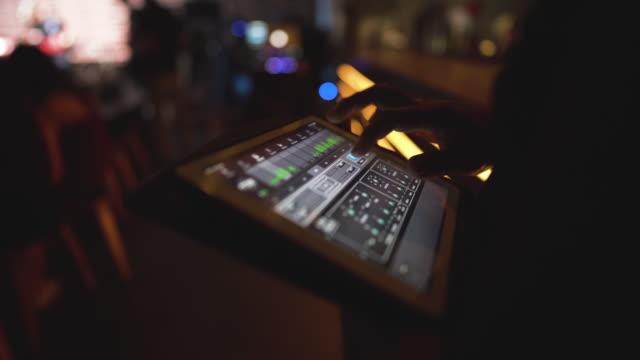 stockvideo's en b-roll-footage met close-up bij geluidstechnicus hand met behulp van audio mix in nachtclub - stereo