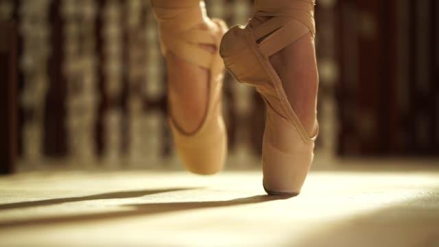 vidéos et rushes de ballerine de plan rapproché attachant ses pantoufles de ballet sur - danseur de ballet