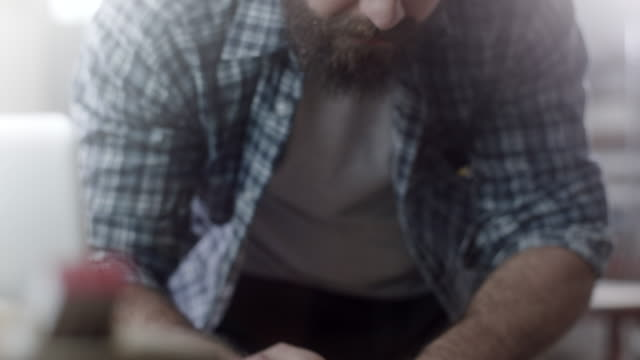 nahaufnahme, bärtigen zimmermann konzentrierte sich auf die arbeit in werkstatt - schreiner stock-videos und b-roll-filmmaterial