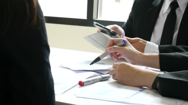 クローズ アップ ビジネス人ブレーンストーミング - 集会点の映像素材/bロール