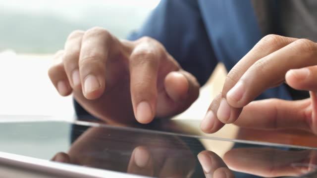 stockvideo's en b-roll-footage met close-up zakenman typen op digitale tablet - tablet pc