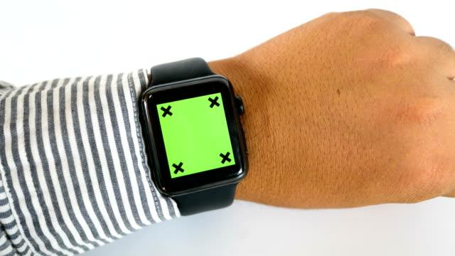 vídeos y material grabado en eventos de stock de empresario de primer plano usando reloj inteligente con pantalla verde sobre fondo blanco, clave de croma - reloj de pulsera