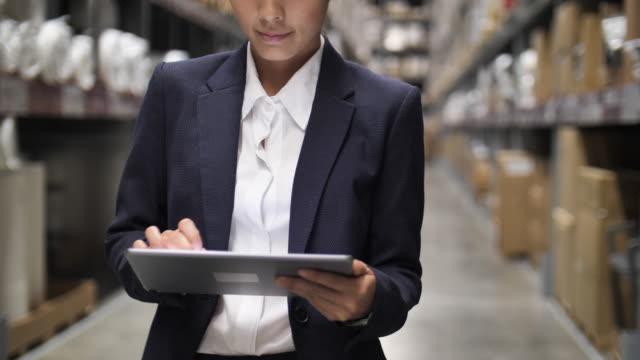 vídeos y material grabado en eventos de stock de orden de verificación de empresaria de primer plano en el stock de almacén - enviar actividad