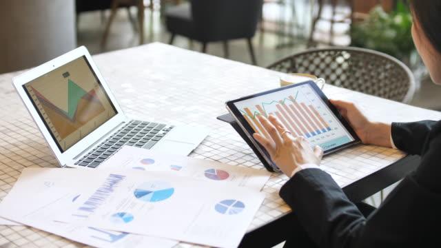 デジタルタブレットに取り組むクローズアップビジネスウーマン - 報告書点の映像素材/bロール