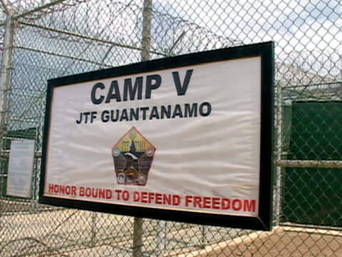 vídeos y material grabado en eventos de stock de closeup camp v sign hanging on fence at camp delta at guantanamo bay detention center/ guantanamo province cuba - escritura occidental