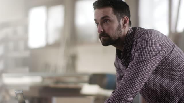 vídeos de stock e filmes b-roll de close-up, carpenter working at carpenters office - camisas