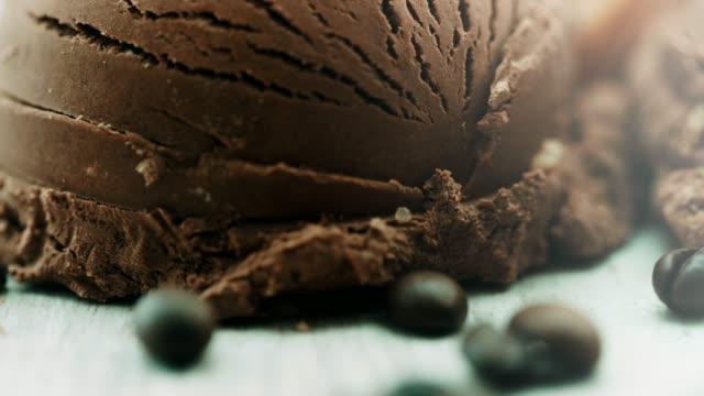 横にあるコーヒー豆をクローズ アップ、チョコレート アイス クリーム - サンデー点の映像素材/bロール