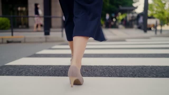 vídeos y material grabado en eventos de stock de primer plano de los zapatos de tacón alto de la empresaria mientras cruza la calle en la ciudad - paso peatonal vías públicas