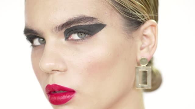 vidéos et rushes de a close-up conceptual time lapse of a young woman's face - décalé