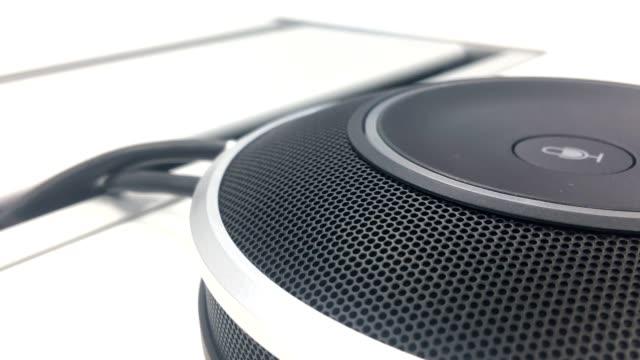 close-up konferenz mikrofon lautsprecher. - mikrofon stock-videos und b-roll-filmmaterial