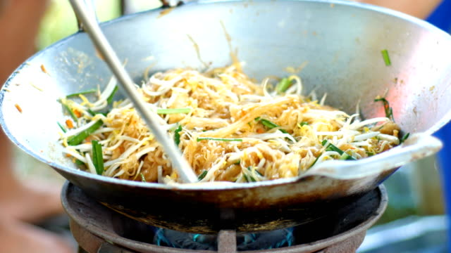 stockvideo's en b-roll-footage met close-up koken gebakken noodle, pad thai, beroemde straatvoedsel - thailand