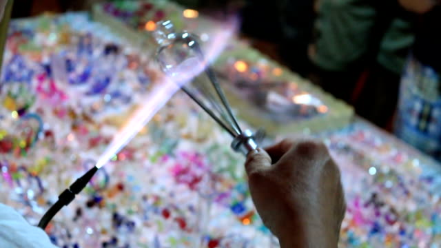 HD:  Close-up Hände Handwerker Arbeiten zu Glaswaren