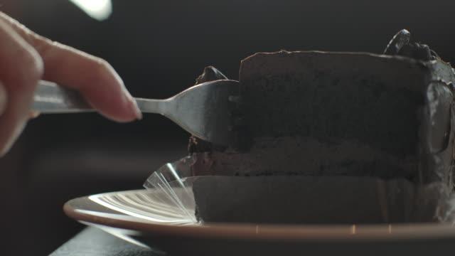 vidéos et rushes de gâteau au chocolat de coupe de plan rapproché - produit laitier