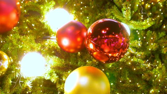 stockvideo's en b-roll-footage met close-up versierd kerstboom bij nacht - kerstversiering