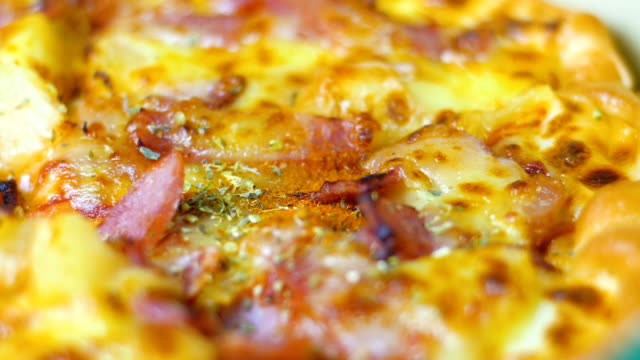 close-up delicious pizza slice - cucina mediterranea video stock e b–roll