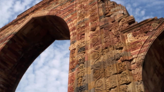 a close-up detail of the quwwat-ul-islam mosque, also known as the qutub mosque or the great mosque of delhi, was built by qutb-ud-din aibak, delhi - relief carving stock videos & royalty-free footage