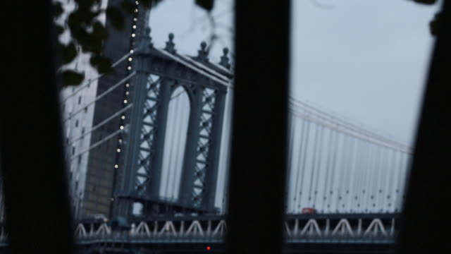 vídeos y material grabado en eventos de stock de closeup dolly shot of new york city's manhattan bridge - detalle de primer plano