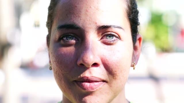 vídeos de stock, filmes e b-roll de rosto de close-up de mulher bonita - condição natural