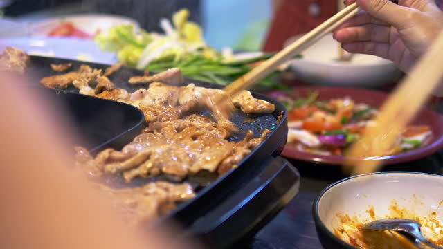 vídeos de stock e filmes b-roll de closeup famous asian street food bbg moo kata hot pot party enjoy eating dinner together with fun party and cheerful - ingrediente