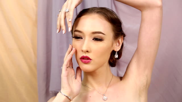 stockvideo's en b-roll-footage met close-up mode portret van diamond ring, ketting, armband, oorbellen sensuele kaukasische lady - oorbel