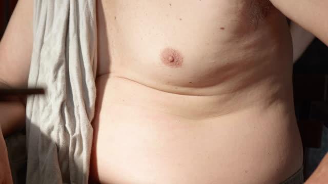 年配の男性の脂肪体をクローズ アップ。 - きつい点の映像素材/bロール