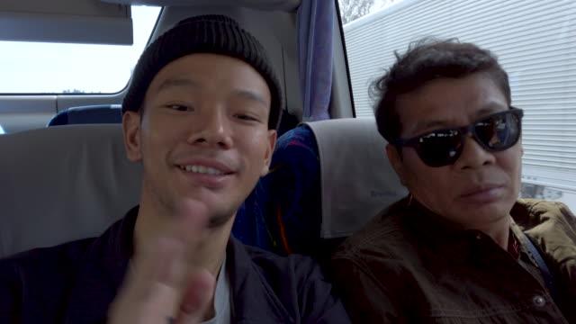 stockvideo's en b-roll-footage met 4k close-up. vader en zoon op bus - passenger