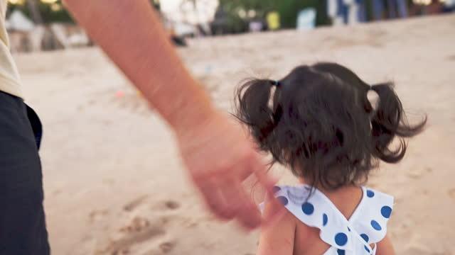 stockvideo's en b-roll-footage met het spelen en het lopen van de close-upvader met leuke dochter op vakantie bij het strand - familie met één kind