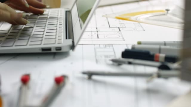 vídeos de stock e filmes b-roll de close-up female architect drawing on laptop - arquiteta