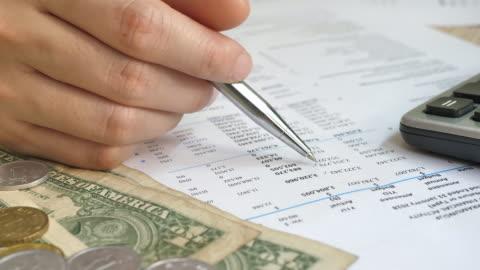 vídeos de stock, filmes e b-roll de close-up financial trabalhando em calculadora no relatório financeiro - conta artigo de armarinho