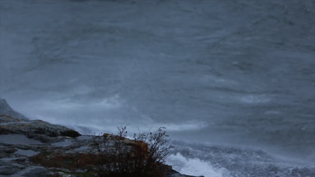 close-up footage of waves crashing on rock - lago superiore video stock e b–roll