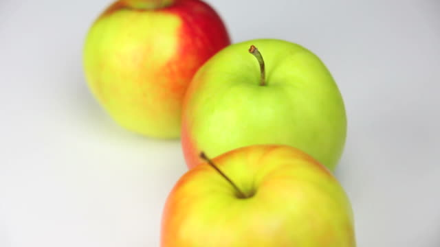 close-up fresh apples dolly shot - frische stock videos & royalty-free footage