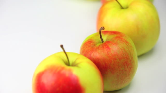 hd close-up fresh apples dolly shot - frische stock videos & royalty-free footage