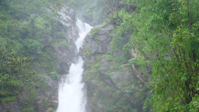 vidéos et rushes de plan rapproché fresh stream of waterfall, super slow motion - se cacher