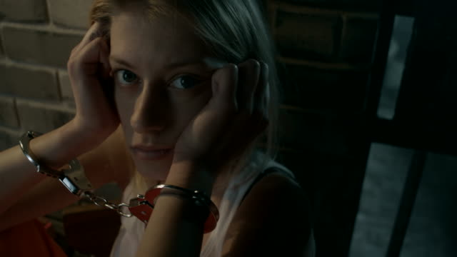 Close-up, Mädchen in Gefängniszelle