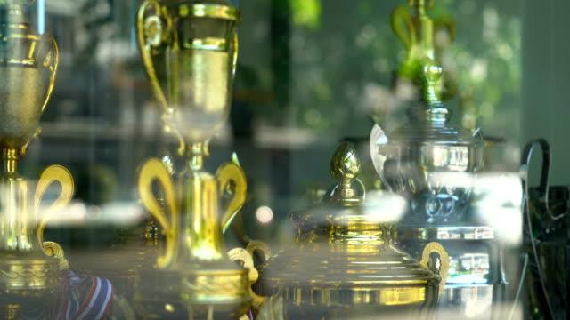 vidéos et rushes de trophée d'or close-up pour champion. - trophée