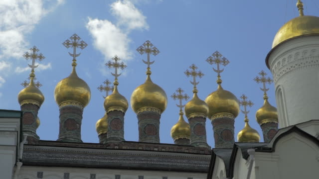 close-up: golden onion domes on top of russian orthodox cathedral - moscow, russia - 宗教上のシンボル点の映像素材/bロール