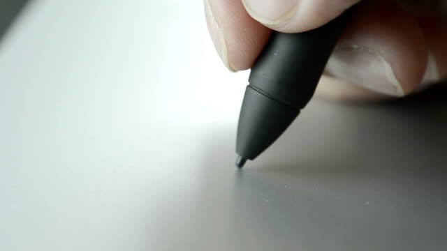 Closeup grafisch ontwerper met behulp van de Digitale Pen op computer