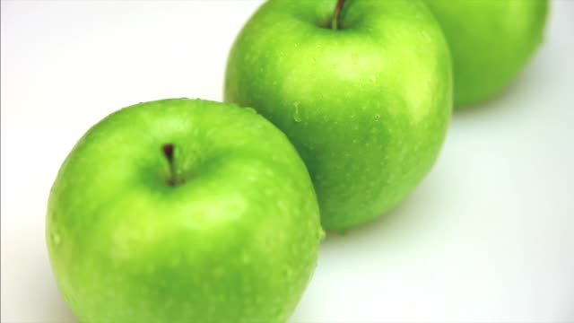 hd close-up green apples dolly shot - frische stock videos & royalty-free footage