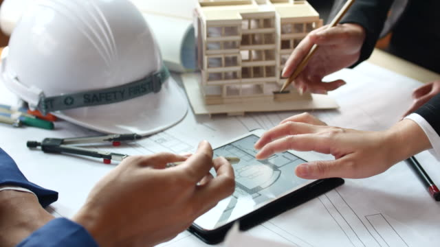 stockvideo's en b-roll-footage met close-up hand architect ontmoeting met digitale tablet - om teken