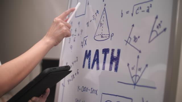 nahaufnahme hand of student lösung mathe-problem - trigonometrie stock-videos und b-roll-filmmaterial
