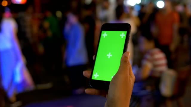 vídeos de stock, filmes e b-roll de close-up: mão usando telefone celular à noite - prontidão