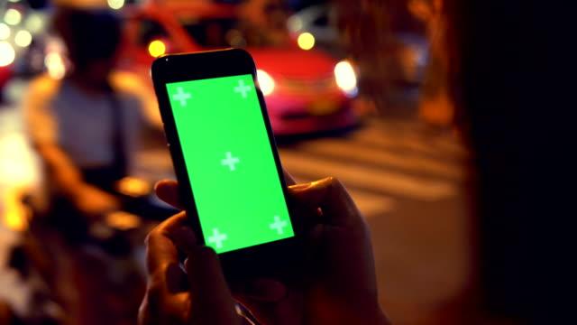 Nahaufnahme: Hand mit Handy in der Nacht