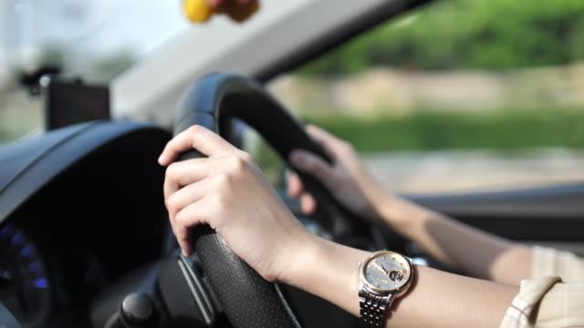 primo piano hand woman alla guida di un'auto al rallentatore - veicolo terrestre video stock e b–roll