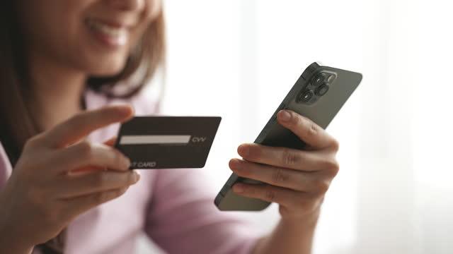 close-up hand woman kauft online mit dem smartphone ein - portable information device stock-videos und b-roll-filmmaterial