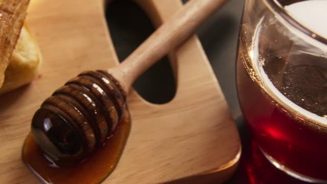 vídeos y material grabado en eventos de stock de primer plano jarabe de miel en waffles - gofre belga