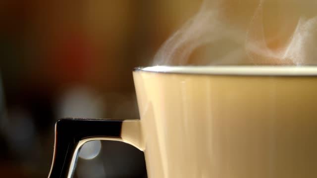 nahaufnahme heiße tasse mit dampf - tee warmes getränk stock-videos und b-roll-filmmaterial