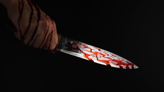 nahaufnahme menschliche hand hält blutigemesser - küchenmesser stock-videos und b-roll-filmmaterial