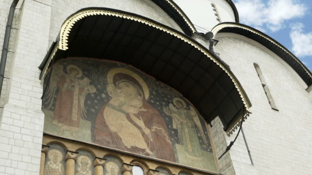 stockvideo's en b-roll-footage met close-up: icon of the virgin mary and baby jesus on side of russian orthodox cathedral - moscow, russia - jezus christus
