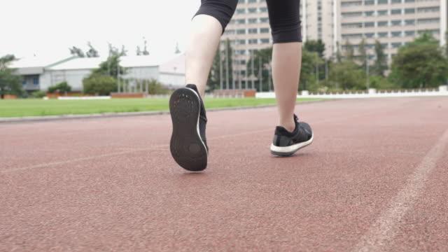 クローズアップジョギング - 人の足点の映像素材/bロール