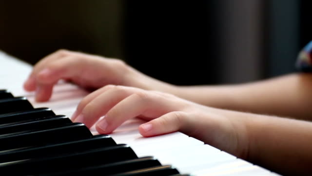 vídeos de stock e filmes b-roll de closeup kid's finger playing piano - pianista